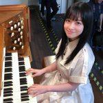 橋本環奈、オルガンの前に座った笑顔ショットに反響続々「天使すぎる」「好きだかんなー!!!」